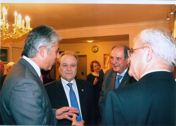 Ο δήμαρχος Πύλου Νέστορος Δ. Καφαντάρης αναλύει στους τρεις τ. Διοικητές της Δ.Ε.Η. (Δ. Μανιατάκη, Ρ. Μωησή και Π. Αθανασόπουλο) τις επιπτώσεις από τη δημιουργία λιγνιτικών πεδίων στην περιοχή της Κορώνης