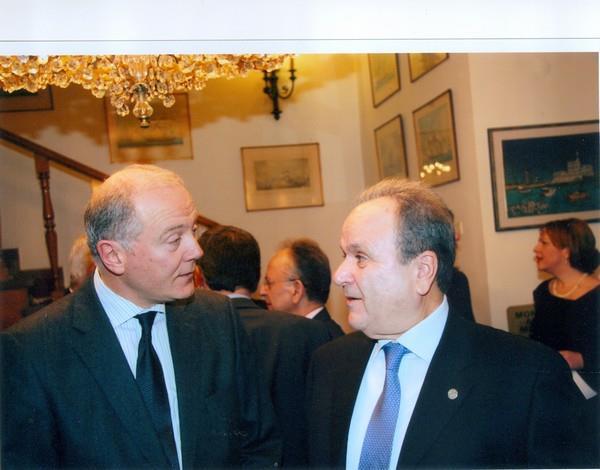 Ο διοικητής της Τράπεζας της Ελλάδος Γ. Προβόπουλος με τον πρόεδρο του Μανιατακείου Ιδρύματος Δ. Μανιατάκη, ενώ στο βάθος διακρίνεται ο επίτιμος δημότης Κορώνης Δ. Σιούφας
