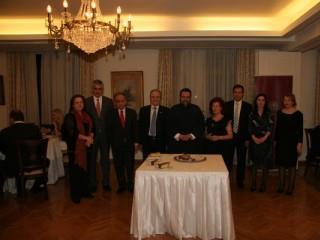 Τα μέλη του Διοικητικού Συμβουλίου, ο επίτιμος δημότης Κορώνης και η δ/ντρια του ιδρύματος